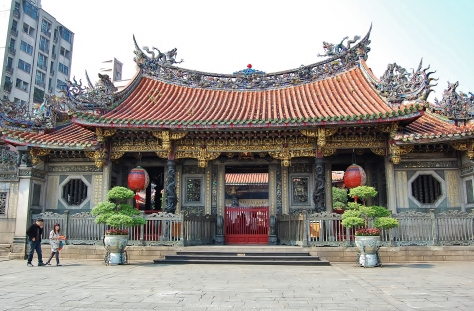 Entering Longshan Temple