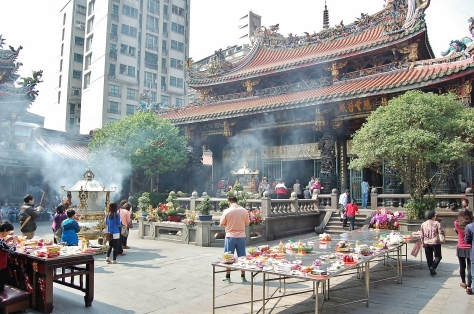 Longshan Temple Courtyard